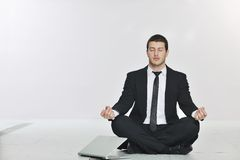 Yoga di pratica dell'uomo di affari alla stanza del servizio rete Immagini Stock