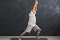 Yoga di pratica dell'uomo senior all'interno Immagine Stock Libera da Diritti