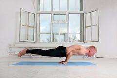Yoga di pratica dell'uomo sportivo Mayurasana, posa del pavone Fotografia Stock Libera da Diritti
