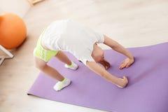 Yoga di pratica della bambina Immagini Stock Libere da Diritti
