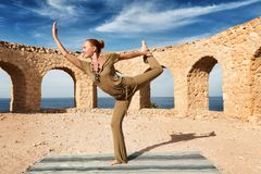 Yoga di pratica della bella donna Fotografia Stock Libera da Diritti