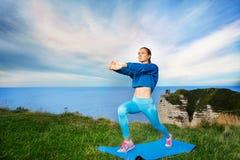 Yoga di pratica della bella giovane donna all'aperto Fotografie Stock Libere da Diritti