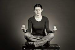 Yoga di pratica della bella ragazza Immagini Stock