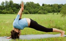 Yoga di pratica della donna Immagini Stock Libere da Diritti