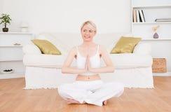 Yoga di pratica della donna abbastanza bionda Fotografie Stock Libere da Diritti