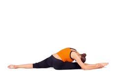 Yoga di pratica della donna adatta che allunga esercitazione Immagine Stock