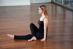 Yoga di pratica della donna adatta dei giovani Fotografia Stock Libera da Diritti