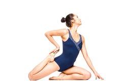 Yoga di pratica della donna adatta dei giovani Immagine Stock