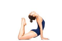 Yoga di pratica della donna adatta dei giovani, allungante nella posizione della cobra Fotografia Stock Libera da Diritti