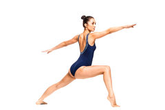 Yoga di pratica della donna adatta dei giovani nella posizione del guerriero Immagine Stock Libera da Diritti