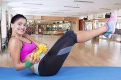 Yoga di pratica della donna africana con una testa di legno Fotografie Stock