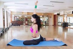 Yoga di pratica della donna africana nel centro di forma fisica Fotografia Stock