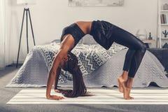yoga di pratica della donna afroamericana attraente dentro verso l'alto Fotografia Stock Libera da Diritti