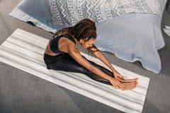yoga di pratica della donna afroamericana attraente in messo in in avanti Fotografia Stock Libera da Diritti