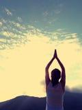 Yoga di pratica della donna al picco di montagna Immagini Stock Libere da Diritti
