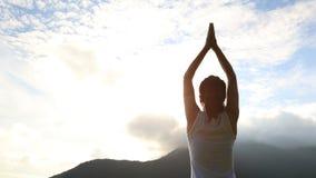 Yoga di pratica della donna al picco di montagna Fotografia Stock Libera da Diritti