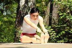 Yoga di pratica della donna all'aperto Immagini Stock Libere da Diritti