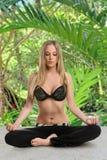 Yoga di pratica della donna all'aperto Immagine Stock Libera da Diritti