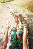 Yoga di pratica della donna all'aperto allungando le armi e le gambe ed il bal Fotografia Stock