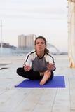 Yoga di pratica della donna allegra Immagine Stock Libera da Diritti