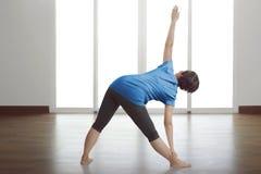 Yoga di pratica della donna asiatica posteriore di vista Immagini Stock