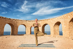 Yoga di pratica della donna bella Fotografie Stock Libere da Diritti