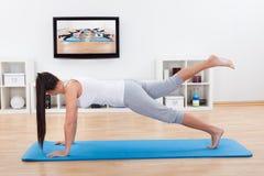 Yoga di pratica della donna a casa Fotografia Stock Libera da Diritti