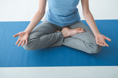 Yoga di pratica della donna a casa Fotografie Stock
