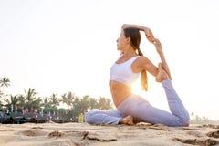 Yoga di pratica della donna caucasica alla spiaggia dell'oceano tropicale Fotografia Stock Libera da Diritti