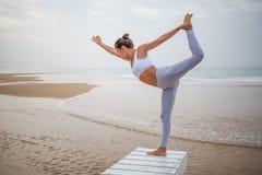 Yoga di pratica della donna caucasica alla spiaggia dell'oceano tropicale Fotografie Stock Libere da Diritti