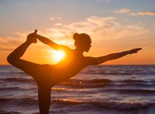 Yoga di pratica della donna caucasica di forma fisica Fotografie Stock
