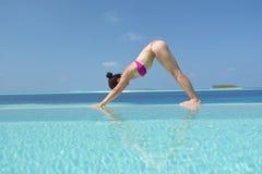 Yoga di pratica della donna cinese asiatica dal mare Immagini Stock Libere da Diritti