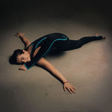 Yoga di pratica della donna contro una parete strutturata scura Immagini Stock