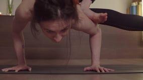Yoga di pratica della donna Equilibrio di Handstanding stock footage