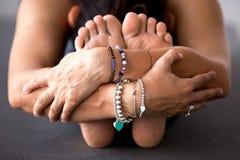 Yoga di pratica della donna, facente curvatura di andata messa, paschimottanas fotografia stock libera da diritti