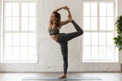 Yoga di pratica della donna, facente esercizio di Natarajasana, signore del ballo fotografie stock