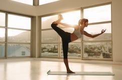 Yoga di pratica della donna di forma fisica Fotografia Stock Libera da Diritti