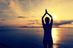 Yoga di pratica della donna di forma fisica alla spiaggia di alba Fotografie Stock Libere da Diritti
