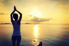 Yoga di pratica della donna di forma fisica alla spiaggia di alba Fotografia Stock