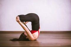 Yoga di pratica della donna graziosa Fotografia Stock Libera da Diritti