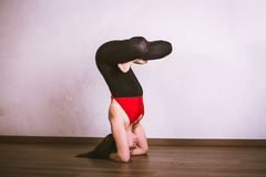 Yoga di pratica della donna graziosa Immagini Stock Libere da Diritti