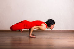 Yoga di pratica della donna graziosa Immagini Stock