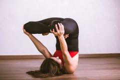 Yoga di pratica della donna graziosa Immagine Stock