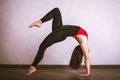 Yoga di pratica della donna graziosa Fotografie Stock