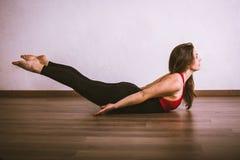 Yoga di pratica della donna graziosa Fotografie Stock Libere da Diritti