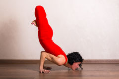 Yoga di pratica della donna graziosa Fotografia Stock