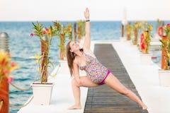 Yoga di pratica della donna incinta alla spiaggia Fotografia Stock Libera da Diritti