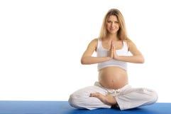 Yoga di pratica della donna incinta, sedentesi Fotografia Stock
