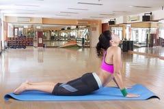 Yoga di pratica della donna indiana nel centro di forma fisica Immagini Stock