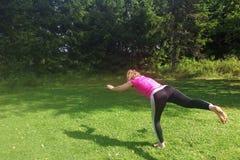 Yoga di pratica della donna di yoga invecchiata mezzo all'aperto fotografie stock libere da diritti
